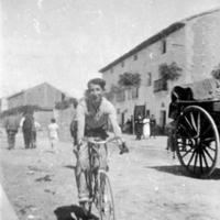 Ciclista en una calle rural.