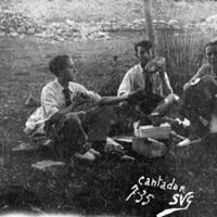 Grupo de amigos cantando y almorzando, en Monreal del Campo.
