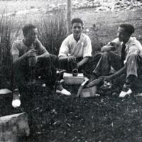 Amigos probándose unos zapatos en Monreal del Campo