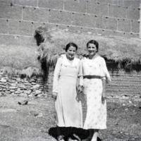 Dos mujeres delante de una construcción popular en Monreal.