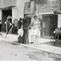 Mercado semanal de Monreal delante de la tienda de tejidos y muebles de Zarazaga.