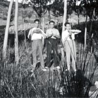 Grupo de amigos, de pie, en Monreal del Campo.